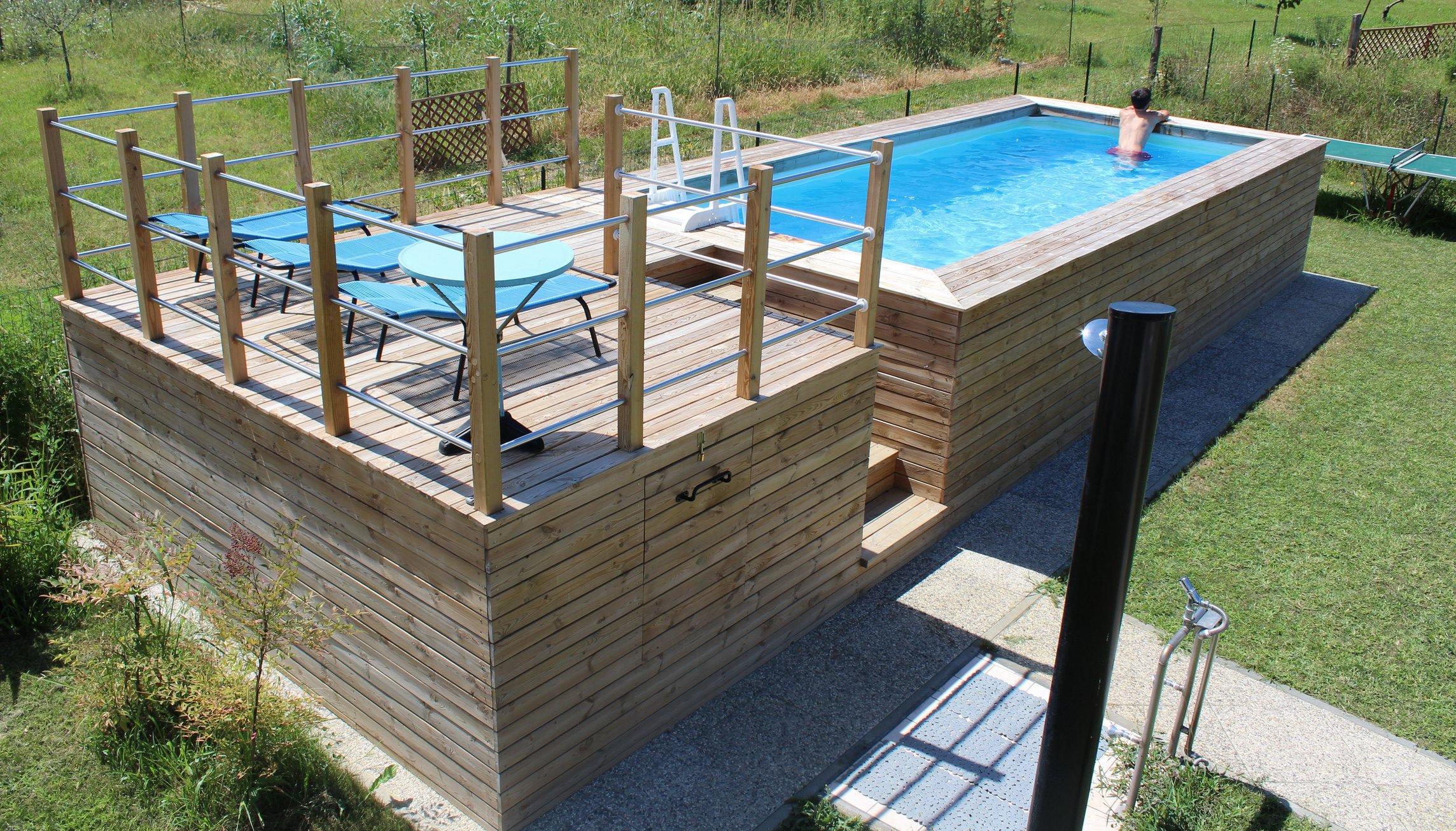 Piscina fuori terra con soppalco rivestita in legno di abete for Scopa per piscina