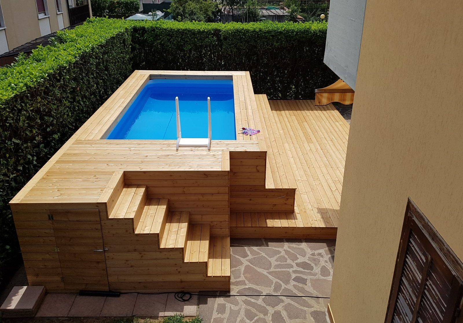 Rivestimento In Legno Per Piscine Fuori Terra : Piscina fuori terra in legno di larice con gradinate su misura