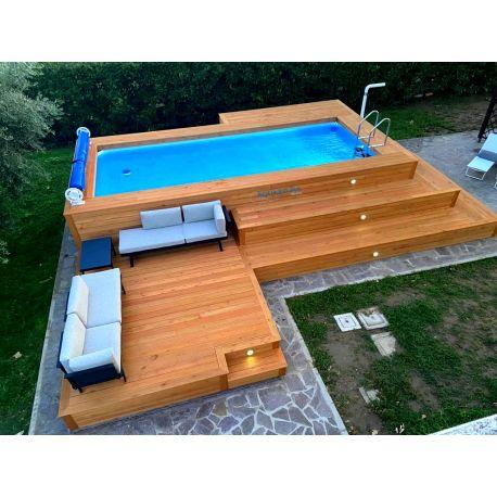 Piscina fuori terra con soppalco e gradonata ad angolo in legno di larice